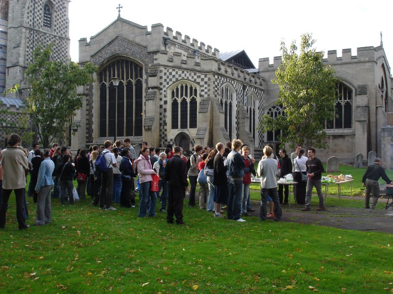 The crowd becomes bigger and bigger, everyone's came to eat a little. You can see the Saint Mary's Church in the background.