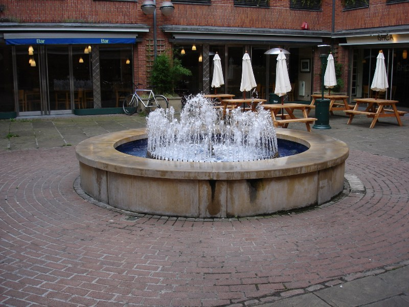 When we went back to the town center, we saw small square with a fountain in the middle.